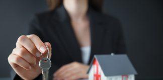 Corretora de imóveis pede reconhecimento de vínculo empregatício e é condenada por má-fé